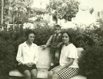 Con Jesús 3 años y Leonor Bezanilla en el Parque Martí de Sagua de Tánamo