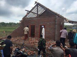 Rumah rusak akibat angin puting beliung