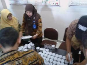 Suasana pelaksanaan tes urin di Balai Karantina I Mataram di Lembar