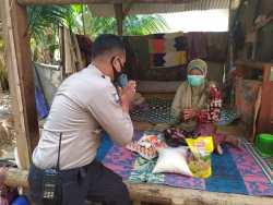 Donasi untuk Yatim Piatu dan Difabel, Bhabinkamtibmas Desa Mareje Timur Rela Julan Kerang dan Kepiting