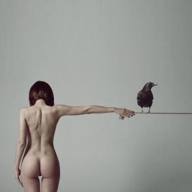 foto donna con corvo