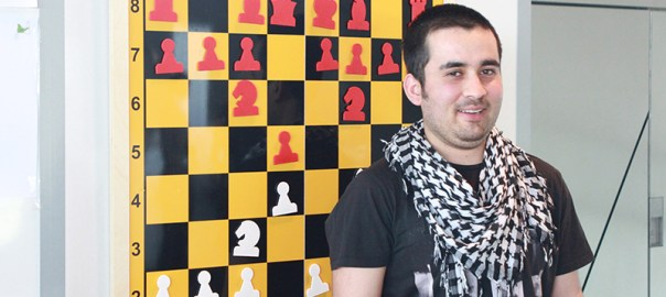 Mustafa is one of the students of the Schlau-Schule for refugees in Munich - and he loves chess a lot.  (photo: Münchener Schachstiftung)