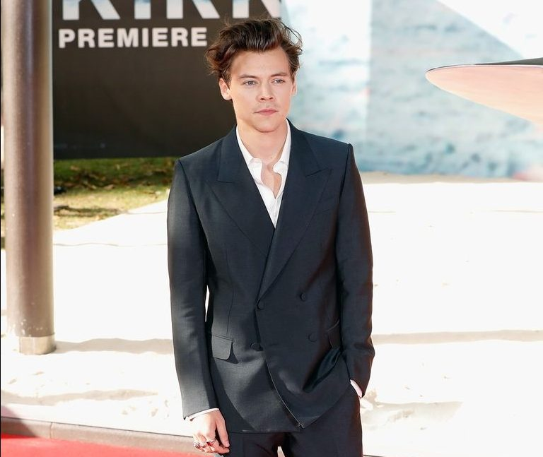 How To Wear Your Suit Like A Pro - Harry Styles' Gucci Suit at the Dunkirk Premiere