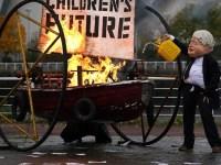 Un protestatar deghizat în Boris Johnson a incendiat o barcăîn faţa centrului care va găzdui COP26