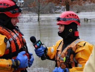 TONIGHT: Catch @LPFFA in action, training on the Thames. Banks are flooded & a boating ban is in place. #ldnont (Credit: Steve Sauder)