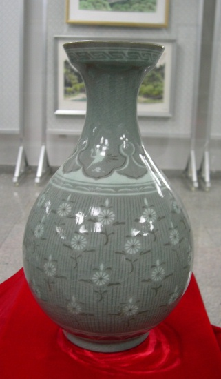Chrysanthemum vase by U Chi Son