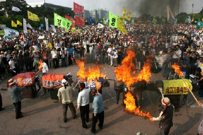 Members of the Contingency Committee of Agriculture, Livestock and Fisheries against the KORUS FTA hold a demonstration calling for the annulment of U.S. beef agreement at Yeouido Plaza on May 22. (Chosun Ilbo)