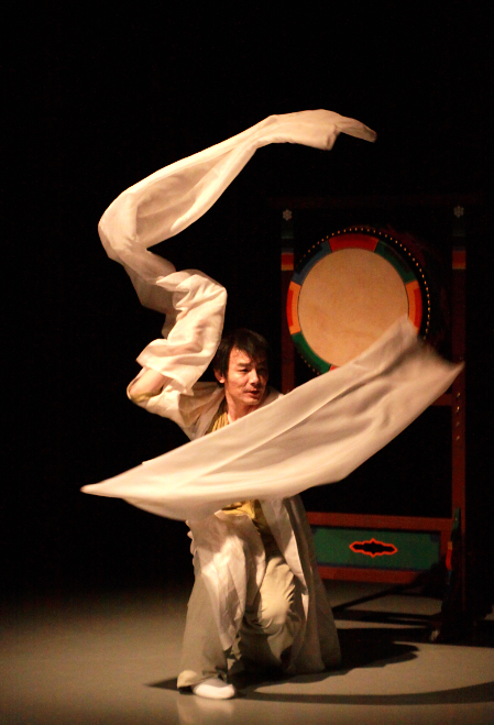 Featured image for post: Photo Essay: Yin and Yang in Korean Dance