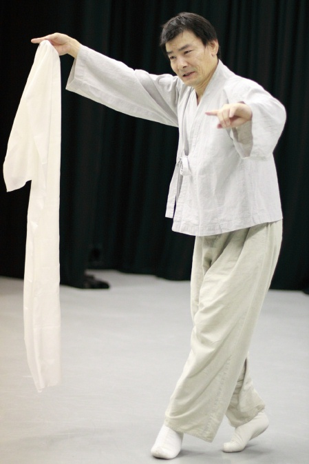 Yi Chuljin rehearsing the Salpuri