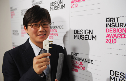 Choi Min-kyu with his folding plug