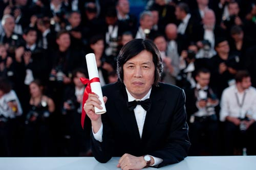 Lee Chang-dong with his best screenplay award