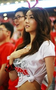 Song Si-yeon supporting the Red Devils