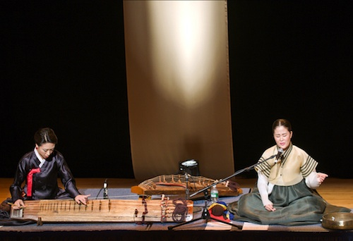 Heo Yoon-jeong (geomungo) and Kang Kwon-soon of the Tori Ensemble
