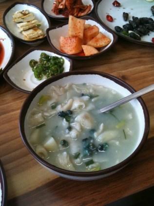 Daseulgi in a broth with sujebi (수제비) dumplings