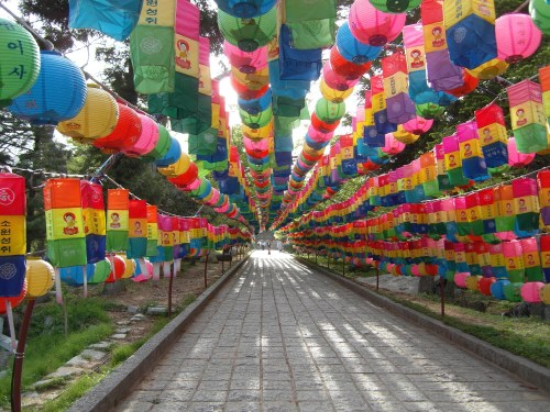 The long lantern-tunnel on the way to Beomeosa in Busan