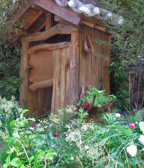 A chiggye frame rests against the outhouse in the Haewooso garden
