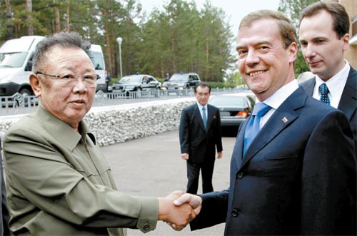 Kim Jong-il and Dmitry Medvedev agree on a gas pipeline to supply South Korea (photo AFP /YONHAP)