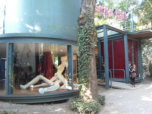 Lee Yong-baek: Narcissus (2008), seen from outside the Korean pavillion