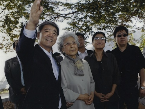 L to R: Lee Jae-geun (mayor of Sancheong), with Yun Isang's widow, daughter and son, during a visit to Yun's home town in Sancheong County, 2007
