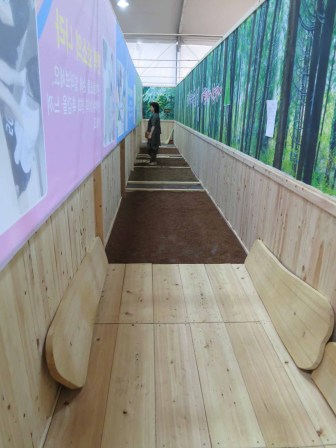 A corridor of hinoki cypress shavings for walking on barefoot