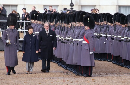 The President inspects the guard of honour in Horseguards Parade with the Duke of Edinburgh (photo: Blue House)