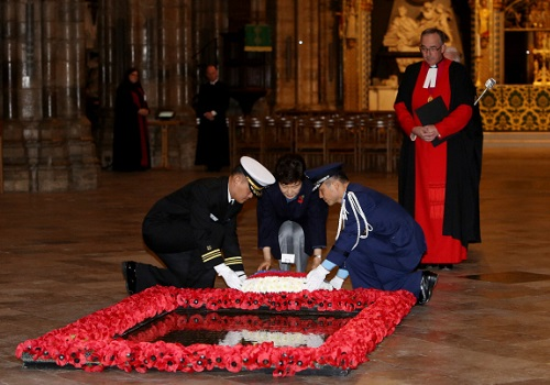 The President lays a wreath at the tomb of the Unknown Soldier in Westminster Abbey (photo: Blue House)