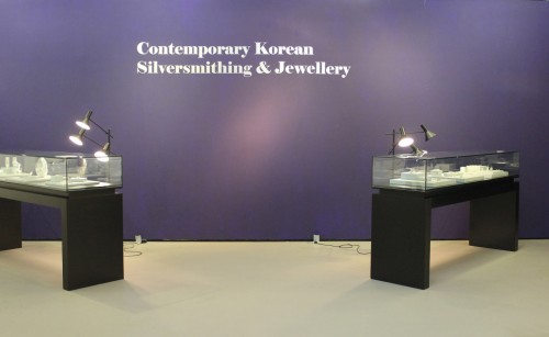 Featured image for post: Exhibition visit: Contemporary Korean Silversmithing and Jewellery at the KCC