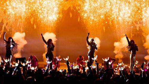 2NE1 performing Crush