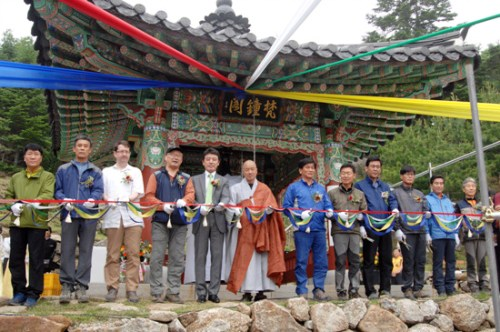Cutting the ribbon before the ceremonial first ringing of Beopgyesa's bell