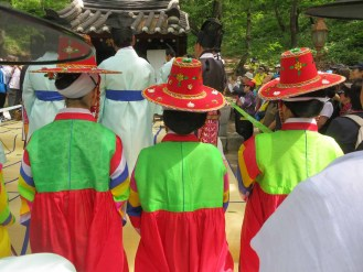 Daegwallyeong Sanshinje: the clothing of the female attendants adds colour