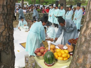 Haksan Seonangje: a drink offering is poured