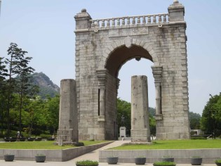 Independence Gate (Dongnimmun - 독립문), with the uprights from the old Yeongeunmun in front.