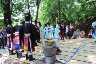 Daegwallyeong Sanshinje: the officials gather at the start of the ceremony