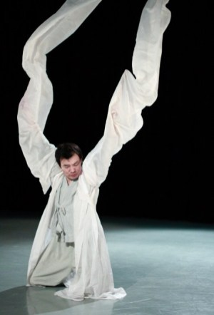 Yi Chul-jin rehearsing the seungmu (photo: Jo Seong-hee)