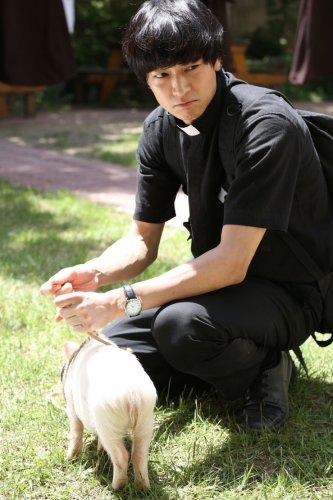 Kang Dong-won and the piglet