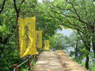 Walking Gongsanseong walls: the dragon of the east
