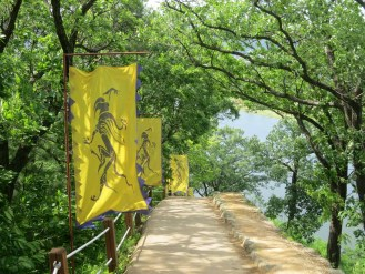 Walking Gongsanseong walls: the dragon of the east