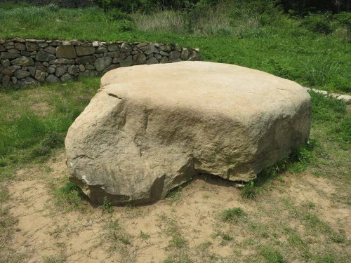 The turtle-shaped rock (귀암) in front of the Nakseojae