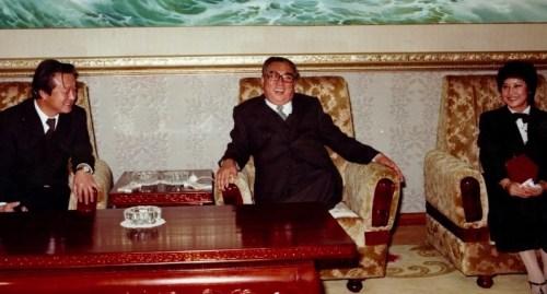 Choi and Shin sharing a joke with Kim Il-sung