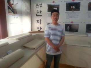 Hanji maker Kim Chun-ho