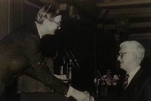 Min Pyung-gal receiving the Veitch Memorial Medal in 1989
