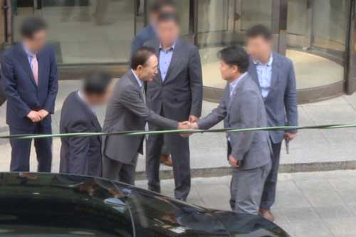 Director Choi Seung-ho manages to catch the ex-president briefly