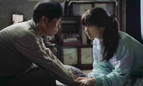 Byung-yong (Yoo Hae-jin) tries to persuade his niece Yeon-hee (Kim Tae-ri) to smuggle another message through the security checkpoint