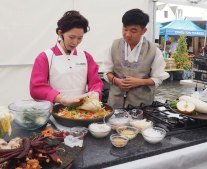 Kingston Korean Harvest Fest 2018 - Wook Kim gets a demo from kimchi master Hayeun Lee (photo: KBCE)