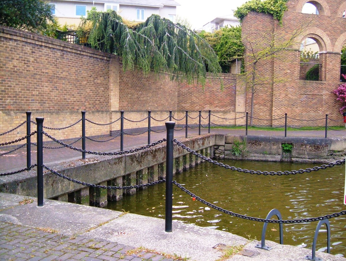 The closed-off exit of the longer lock into the Basin