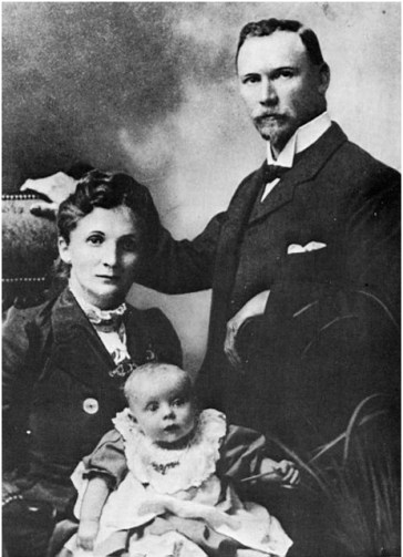 J C Smuts & his wife with daughter, Santa (http://dingeengoete.blogspot.co.uk/2013/09/this-day-in-history-sep-11-1950-jan.html)