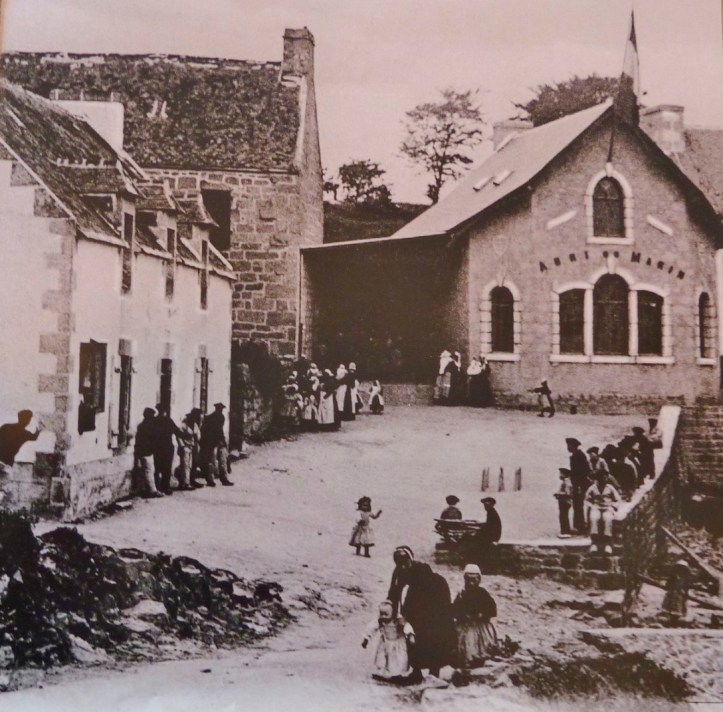 Abri des Marins, Sainte-Marine, early 20C (https://commons.wikimedia.org/wiki/File:Sainte-Marine_010_L%27abri_du_marin.JPG)