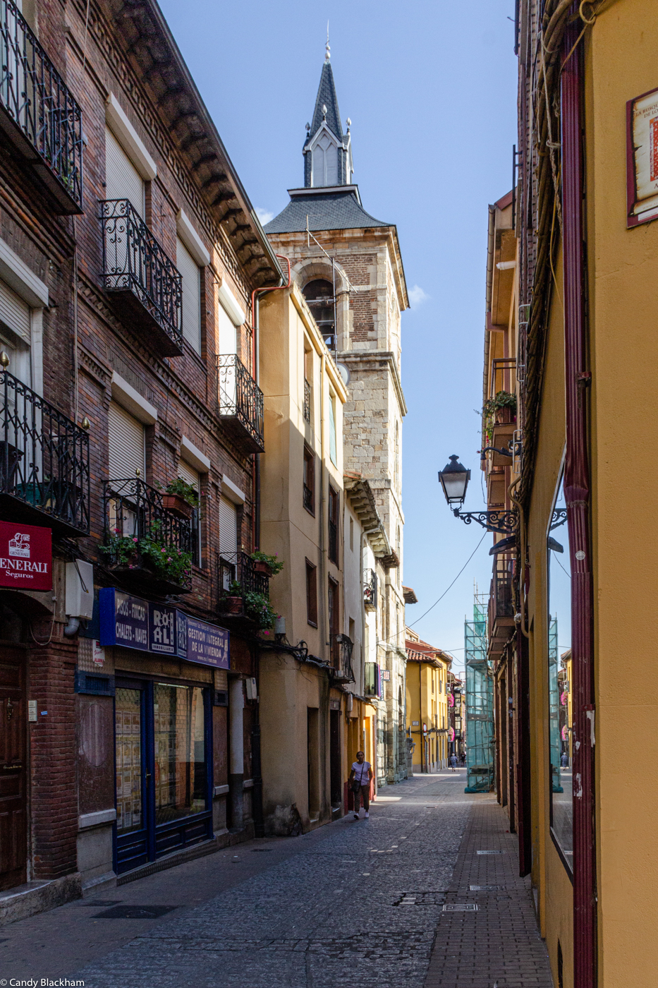 Calle Herreros with the Eglesia del Mercado