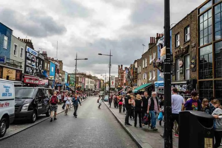 camden-market-street-a-cloudy-day-with-colorful-retail-shops-and-a-crowd-of-tourists-shopping_t20_EOrGg1