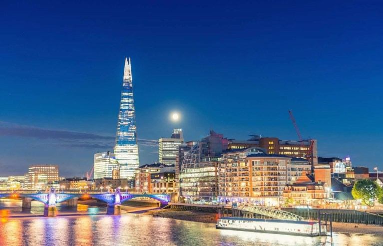 19793138_london-night-skyline-with-reflections-into-thames-river